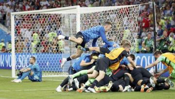 PK戦の末に勝利し、大喜びのクロアチアイレブン。左奥はピッチに座り込むロシアのGKアキンフェーフ=ソチ(ロイター=共同)