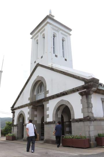 日曜朝の出津教会堂。信者らがミサに向かう=長崎市西出津町