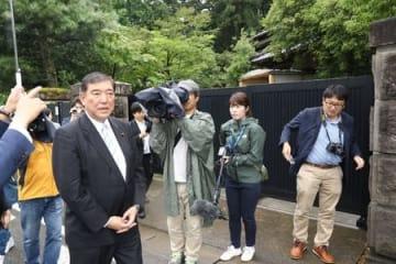 田中角栄元首相の生家を敷地外から見て回った自民党の石破茂元幹事長=7日、柏崎市