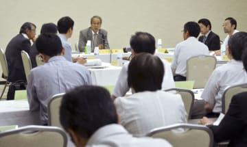 福島市で開かれた福島県「県民健康調査」検討委の部会=8日午後