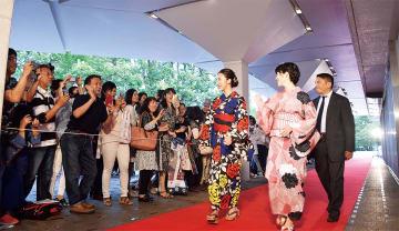 元AKBの板野友美さん(左端)は初日上映の「イマジネーションゲーム」に出演した