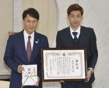 鹿児島県の三反園訓知事(左)から表彰を受けたサッカー日本代表の大迫勇也選手=8日午後、鹿児島県庁