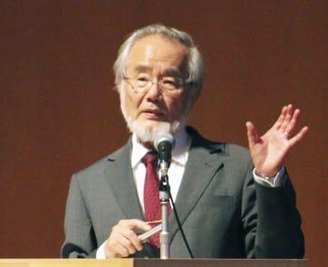 新潟市で講演するノーベル医学生理学賞受賞者の大隅良典東京工業大栄誉教授=8日