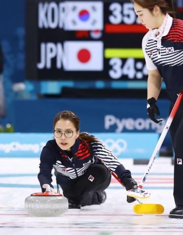 2月、平昌冬季五輪カーリング女子準決勝の日本戦で、ショットを放つ韓国の金ウンジョン選手=江陵(共同)