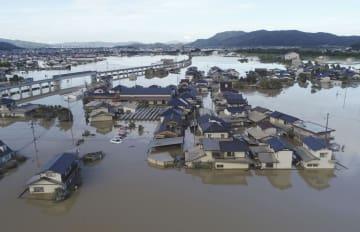 豪雨で水に漬かったままの住宅地=8日午後6時9分、岡山県倉敷市真備町地区(小型無人機から)