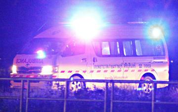 8日、タイ北部チェンライ県の洞窟から救出された少年を乗せた救急車(ロイター=共同)