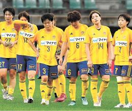 仙台-長野 長野に0-1で敗れて1次リーグ敗退が決まり、うなだれる仙台イレブン(小林一成撮影)