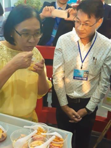 日清製粉のパスタを試食するチュティマ商務副大臣(左)=6日、バンコク(NNA撮影)