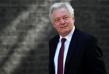 ロンドンの英首相官邸に到着したデービスEU離脱担当相=6月26日(ロイター=共同)