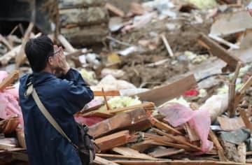 土砂崩れ 住宅地 西日本豪雨被害 遺体 手を合わせる
