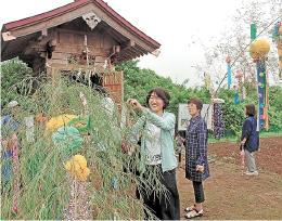七夕神社を参拝し、短冊を青竹に取り付ける参加者