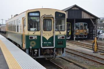地元の住民や観光客の足として親しまれるひたちなか海浜鉄道湊線=ひたちなか市釈迦町