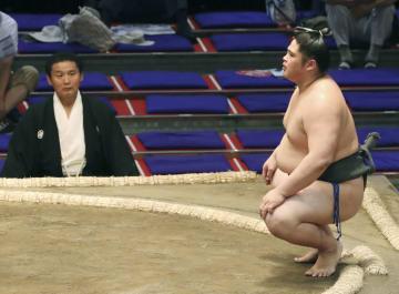 出場停止処分から復帰し、勝負審判として貴乃花親方(左)が見守る土俵で白星を手にした貴公俊=ドルフィンズアリーナ