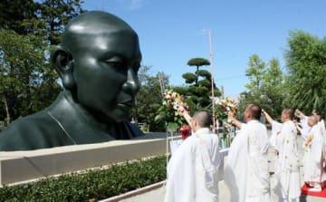 藻原寺で行われた日蓮聖人大銅像の仮安置開眼法要=8日、茂原市