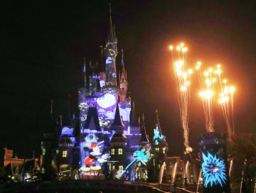 東京ディズニーランドで報道陣に事前公開された、夜のシンデレラ城が舞台のプロジェクションマッピング=9日夜、千葉県浦安市