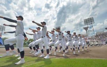 梅雨明けした夏空の下、元気よく行進する選手たち(9日午後1時10分、京都市右京区・わかさスタジアム京都)
