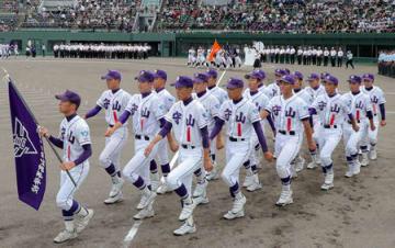 開会式で元気よく行進する選手たち(8日、大津市・皇子山球場)