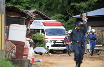 土砂崩れの現場から見つかった稲葉利夫さんを搬送する救急車(8日午後5時8分、綾部市上杉町)