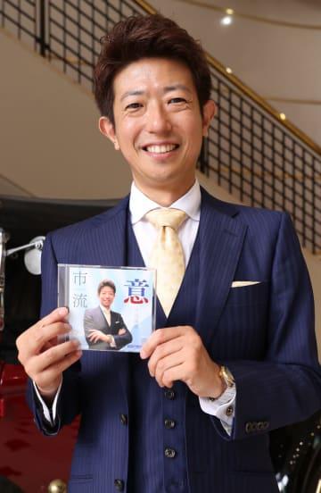 ニューアルバムをPRする市原さん=長崎新聞社