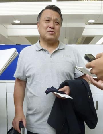 取材に応じる日本サッカー協会の田嶋幸三会長=10日午前、成田空港