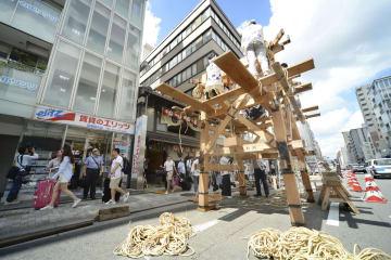 京都・祇園祭の前祭「山鉾巡行」を前に始まった月鉾の「鉾建て」=10日午前