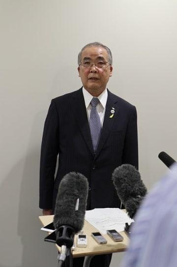判決を受け、報道陣に答える中村知事=長崎県庁