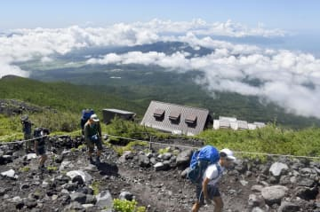 富士山の静岡県側が山開きし、富士宮ルートを登る登山客=10日午前、静岡県富士宮市