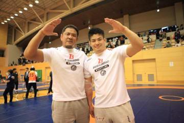 プレーオフを制し、恒例の敬礼ポーズを決めて喜びをあらわにする山口剛(右)と永田裕志監督
