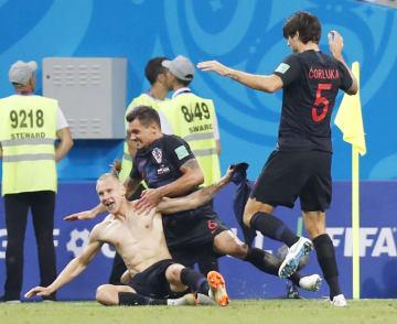 ロシア戦の延長前半、ゴールを決め、喜ぶクロアチアのビダ選手(左)ら=ソチ(共同)