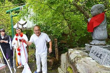 【熊野夢地蔵尊の建立10年目の記念祭でお披露目された「ぼけ地蔵」(和歌山県田辺市中辺路町栗栖川で)】