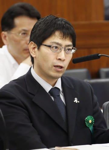 参院厚生労働委に出席した日本肺がん患者連絡会の長谷川一男代表=10日午前