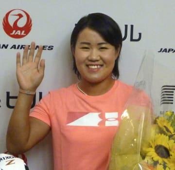 米女子ゴルフで初優勝を果たし、一時帰国した畑岡奈紗=10日、成田空港