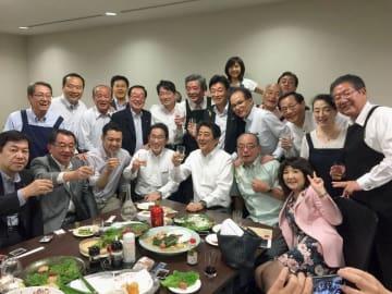 5日夜に議員宿舎で開かれ、安倍首相らが出席した懇親会の写真(西村康稔官房副長官のツイッターより)