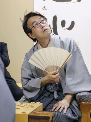 将棋の棋聖戦第4局で豊島将之八段を破り、通算100期に王手をかけた羽生善治棋聖=新潟市