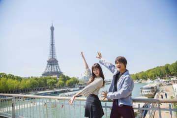 パリで開催された「Japan Expo 2018」に出席した映画「3D彼女 リアルガール」に主演する中条あやみさん(左)と佐野勇斗さん
