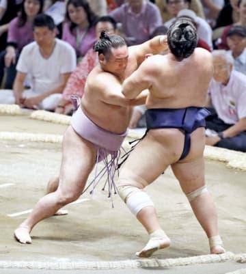 栃煌山を押し出しで破り、幕内初白星を挙げた琴恵光(左)=10日午後、名古屋市中区・ドルフィンズアリーナ