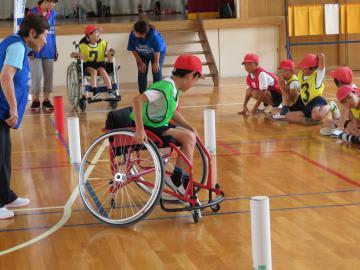 出前授業で障害者スポーツを体験する日立市立会瀬小の児童たち=同市会瀬町