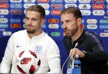 準決勝のクロアチア戦を前に、記者会見するイングランドのサウスゲート監督(右)とヘンダーソン=10日、モスクワ(ロイター=共同)