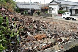 大雨で倒壊した空き家の敷地。廃材は端に寄せている=南あわじ市阿万東町