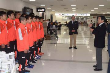 江藤正基総監督の最後の激励を受ける男子グレコローマン・チーム