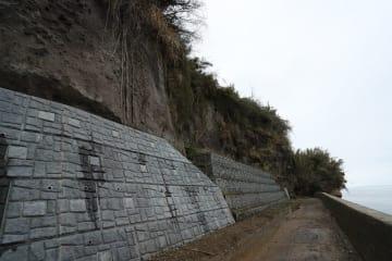 海に面した断崖の下部をコンクリートで補強している原城跡=南島原市南有馬町