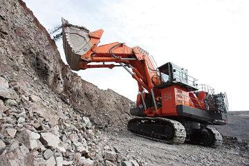 カザフスタンの鉱山で稼働する超大型油圧ショベル