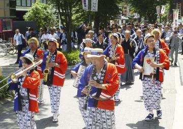 「神戸新開地・喜楽館」の開業を迎え、行われた記念パレード=11日午前、神戸市
