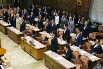 参院政治倫理・選挙制度特別委で、公選法改正案に賛成して起立する自民党議員ら=11日午後
