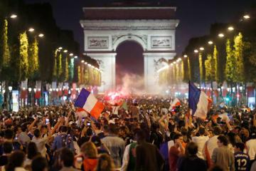 10日、パリのシャンゼリゼ通りで、サッカー・フランス代表の決勝進出を喜ぶサポーター(ロイター=共同)