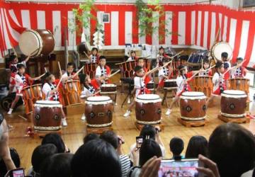 黒木御所例大祭で、和太鼓を元気よく演奏する園児=8日、佐渡市泉