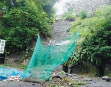日田市の県史跡「永山城跡」で大雨によって崩れた斜面=7日、日田市教委提供