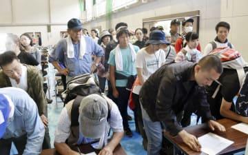 被災地入りの受け付けをするボランティア=11日午前、岡山県倉敷市