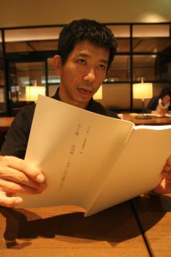 9日に発行した五十嵐一さんの追悼集について語る伊藤庄一さん=千葉県流山市