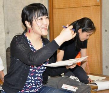 「この行がとても大事なので、慌てないようにしましょう」。俳優に細かく指導する吉田小夏=東京都内の稽古場